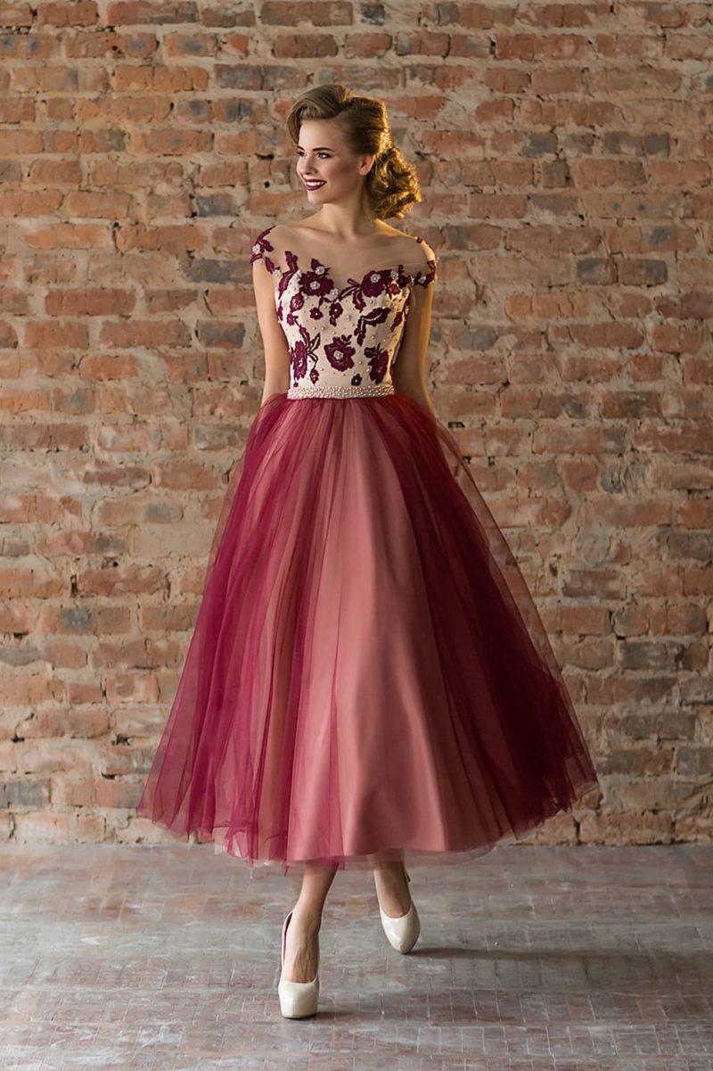 Бордовое вечернее платье с пышной юбкой «чайной» длины.