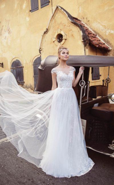 Свадебное платье с воздушной юбкой и коротким кружевным рукавом.