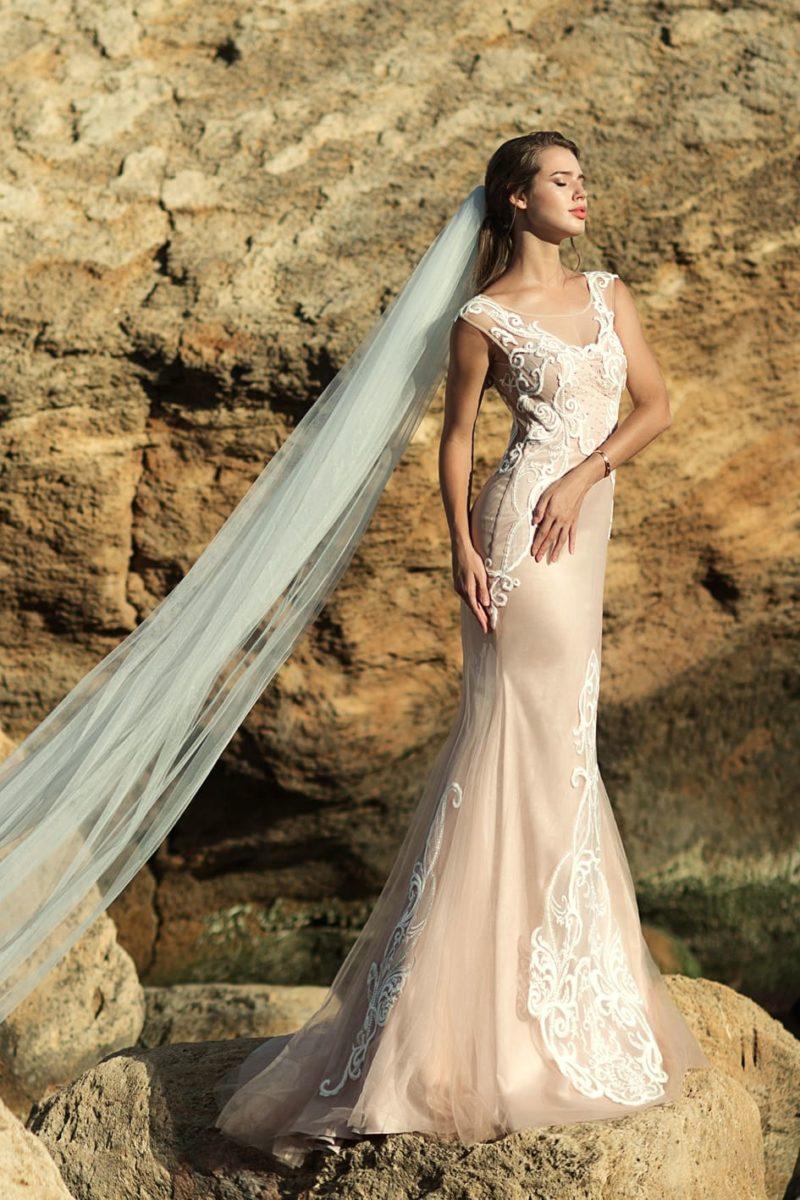 Бежевое свадебное платье с кружевной спинкой и силуэтом «русалка».