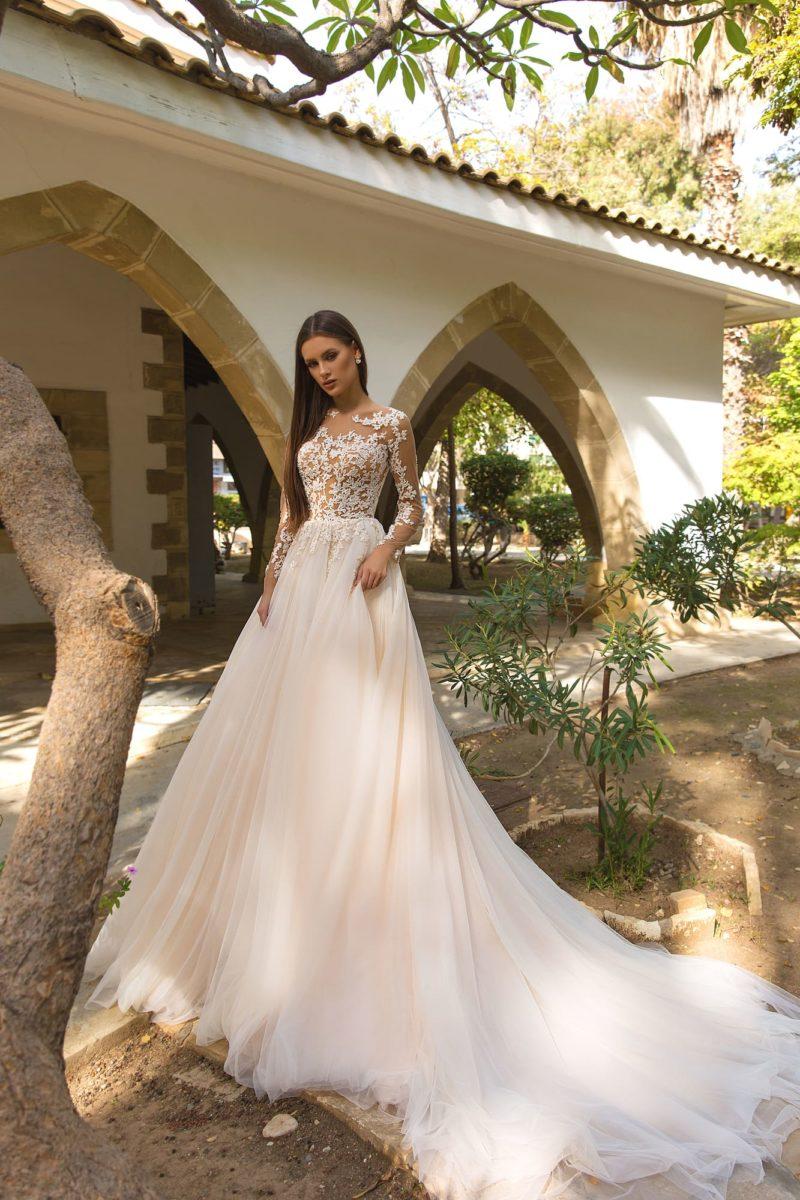 Пышное женственное свадебное платье с длинным рукавом и роскошным шлейфом.