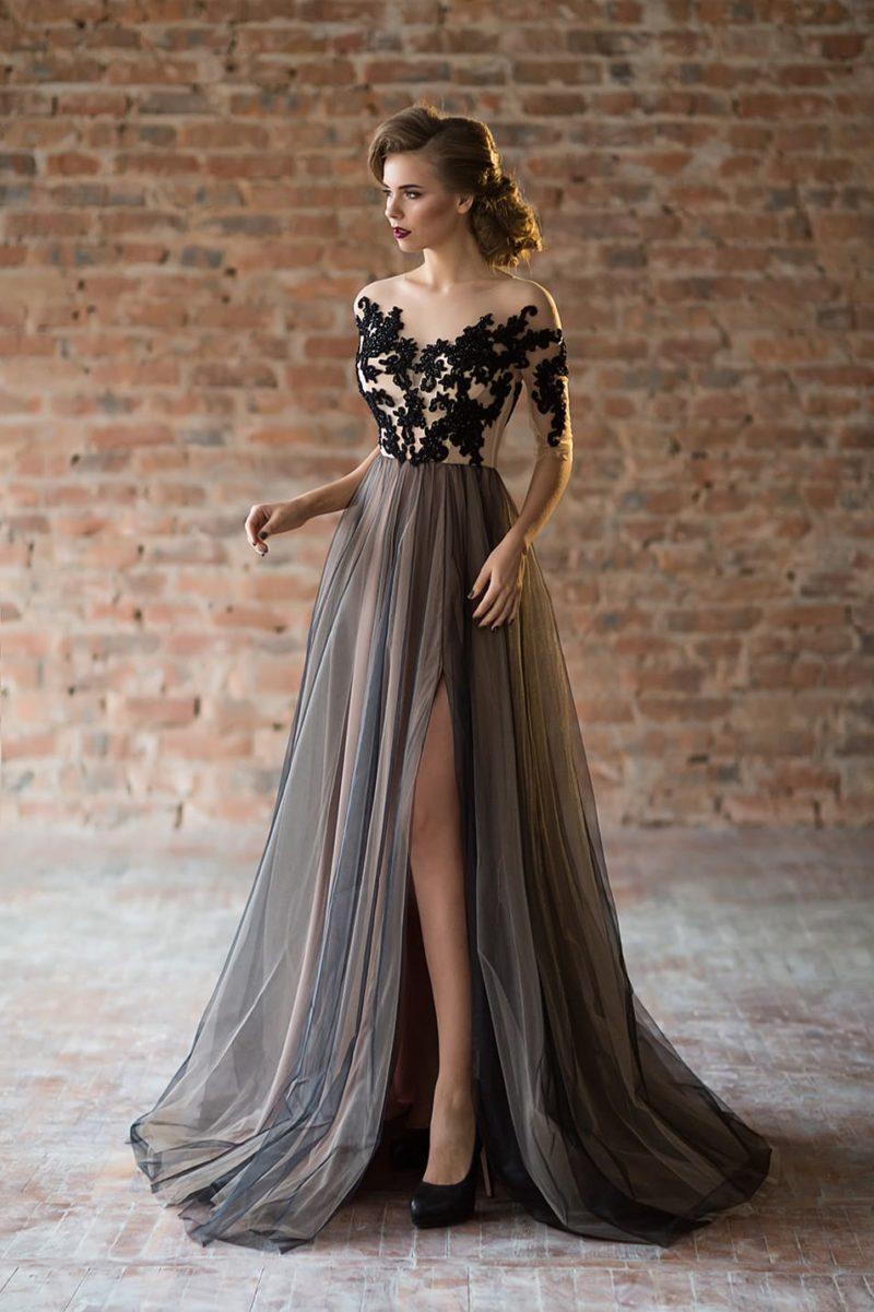 Романтичное вечернее платье с контрастным декором и пышной юбкой с разрезом.