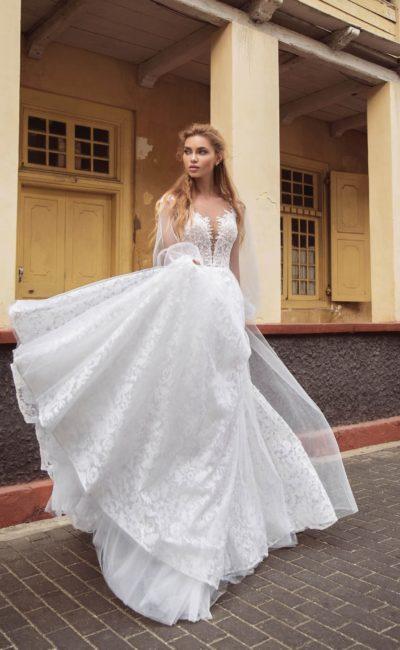 Свадебное платье с пышным шлейфом и смелым вырезом на лифе.
