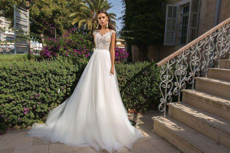 Романтичное свадебное платье с кружевным лифом и открытой спинкой.