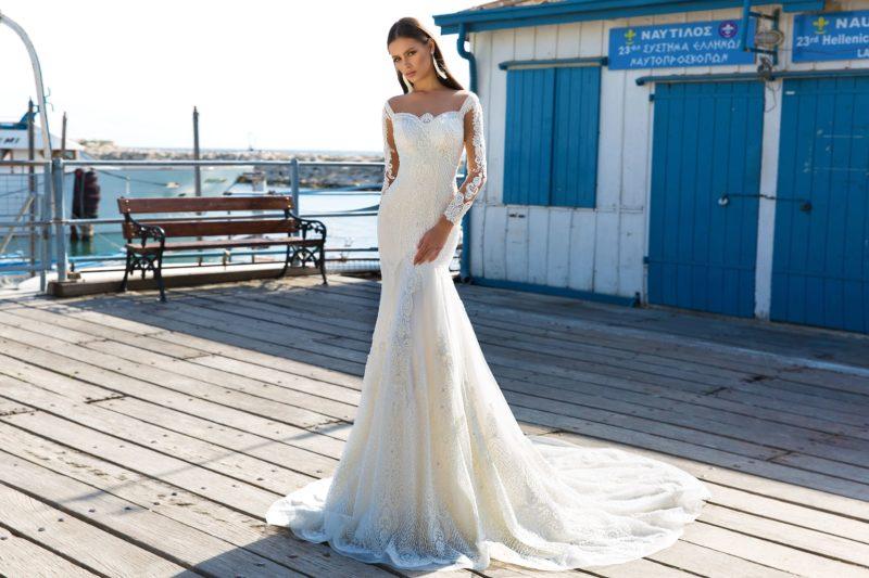 Кружевное свадебное платье «русалка» с длинным полупрозрачным рукавом.