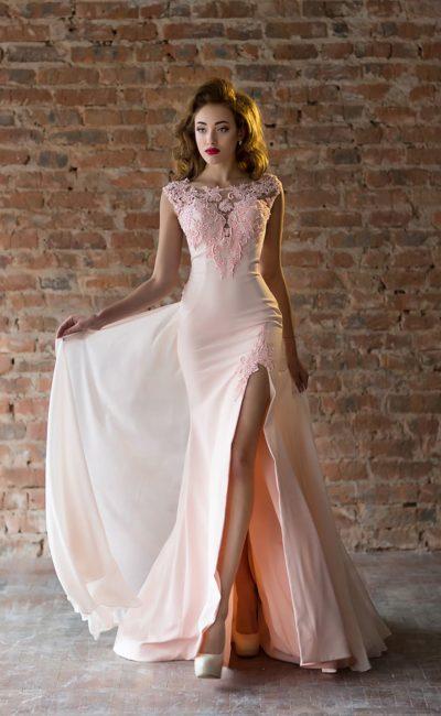 Розовое вечернее платье со шлейфом оригинального кроя и разрезом на юбке.