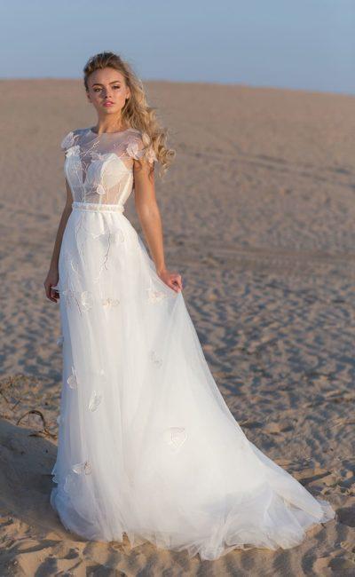 Прямое свадебное платье с коротким рукавом и объемным декором.