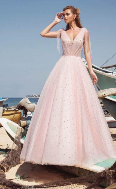 Розовое свадебное платье пышного кроя с отделкой из бусин.
