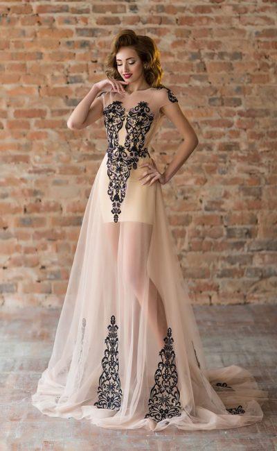 Бежевое вечернее платье с контрастным декором и тонкой юбкой в пол.
