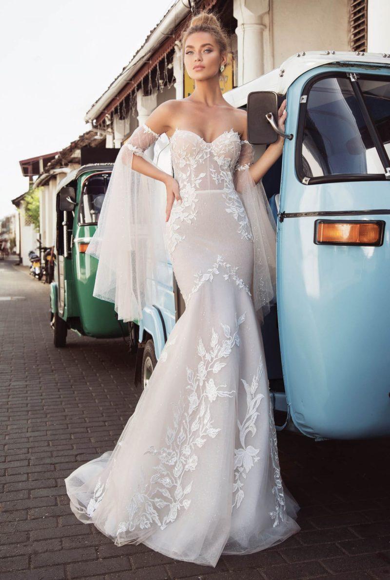 Свадебное платье пудрового цвета с силуэтом «рыбка» и открытым верхом.