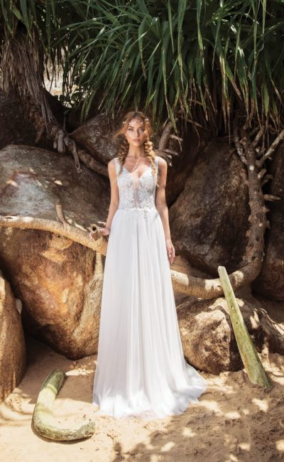 Прямое свадебное платье с полупрозрачным корсетом и открытой спиной.