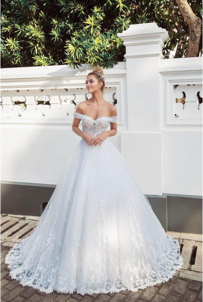 Свадебное платье с портретным декольте и кружевом по низу подола.