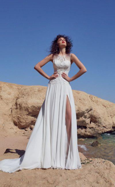 Свадебное платье с прямой юбкой с высоким разрезом и стильным шлейфом.