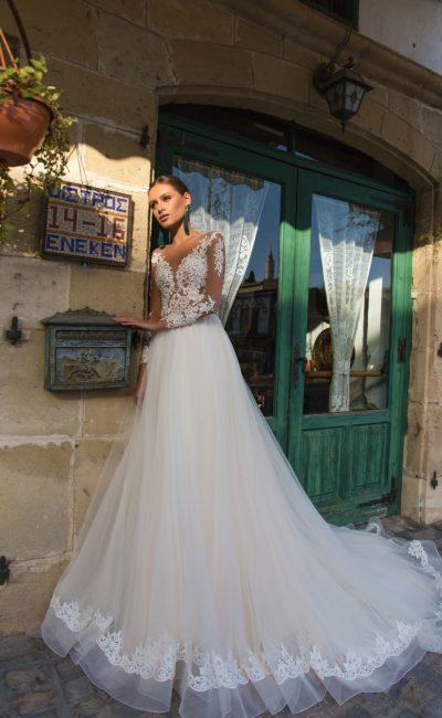 Свадебное платье с иллюзией полупрозрачности и пышным подолом.