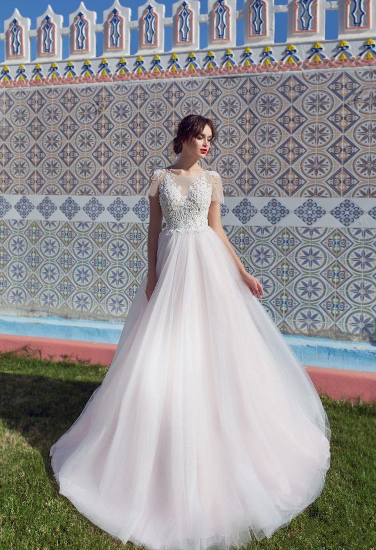 Свадебное платье с кружевным корсетом и воздушным подолом со шлейфом.