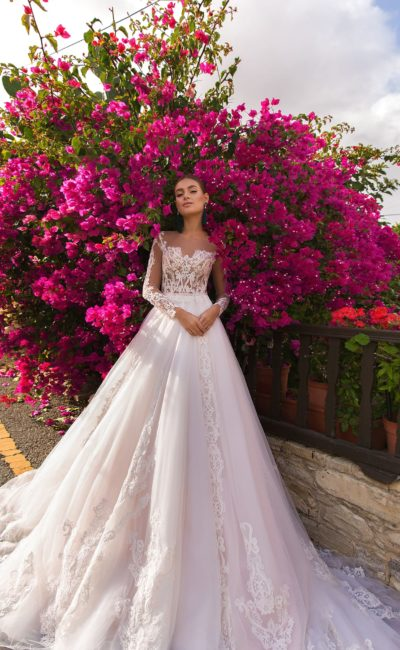 Пышное свадебное платье с длинным рукавом и отделкой кружевом.
