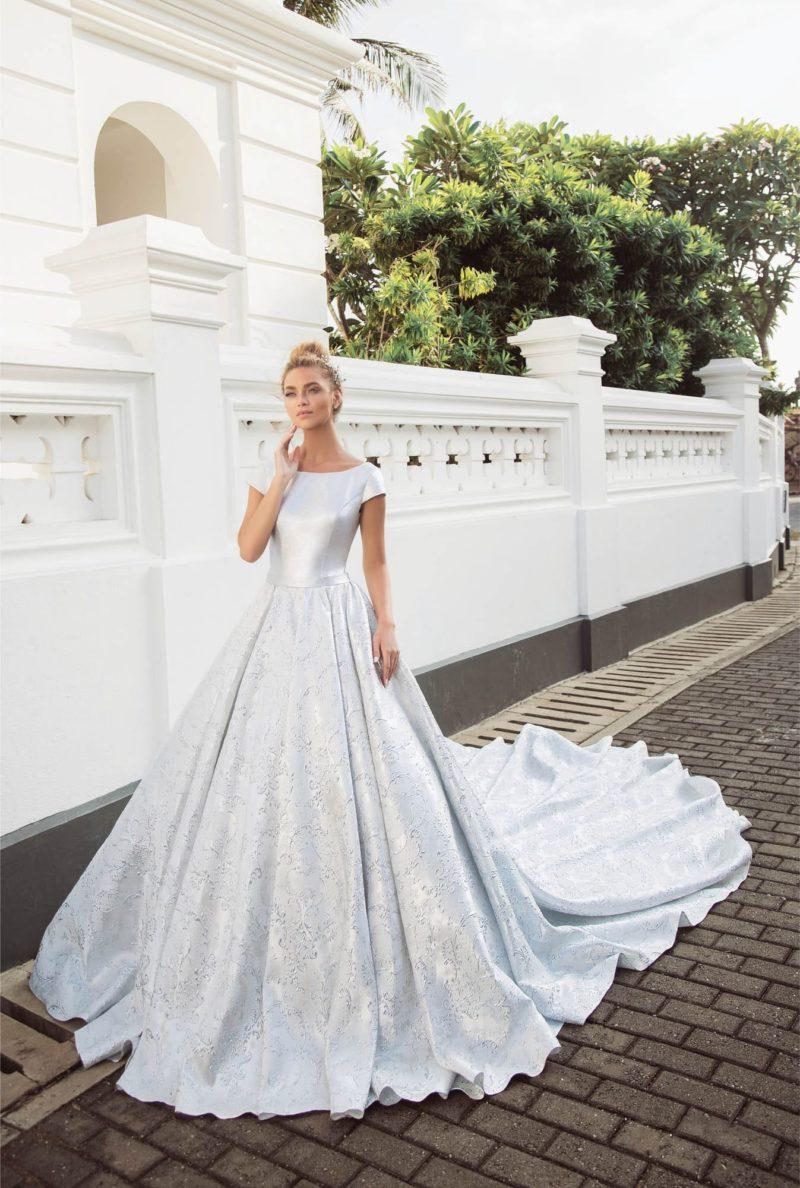 Атласное свадебное платье с коротким рукавом и шикарным шлейфом.