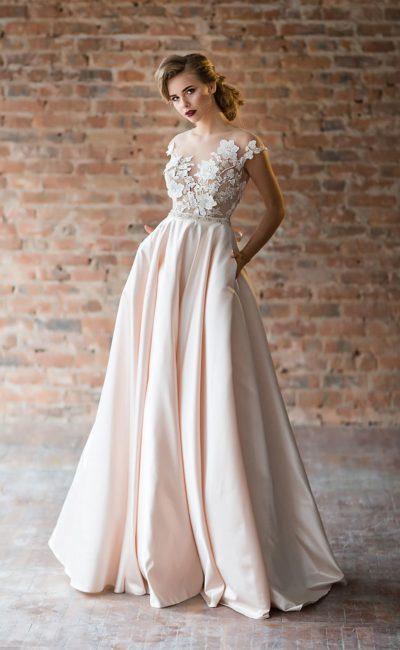 Розовое вечернее платье с пышной атласной юбкой и тонким верхом.