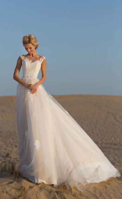 Пышное свадебное платье с кружевным декором и открытой спинкой.