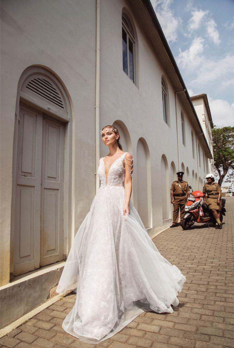 Свадебное платье с открытым V-верхом и кружевом по всей длине.