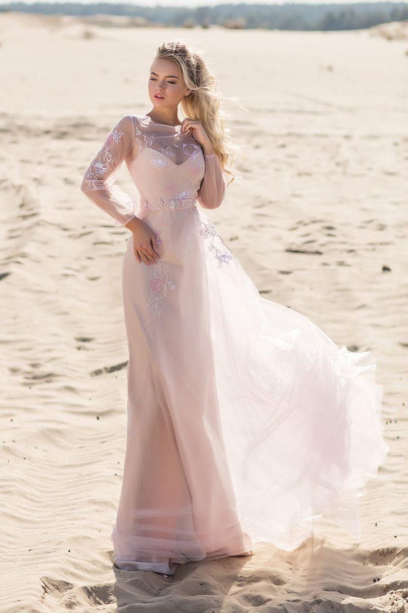 Персиковое свадебное платье с длинным рукавом и двойной юбкой.