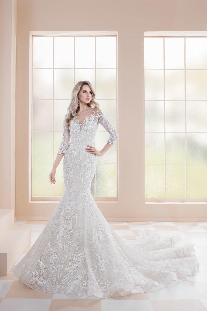 Свадебное платье «русалка» с глубоким вырезом на спине и стильным шлейфом.