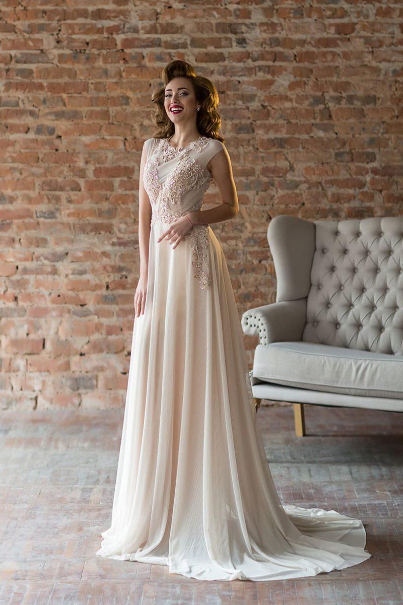 Прямое вечернее платье кремового цвета с роскошным декором лифа.