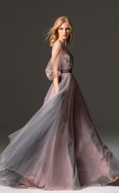 Розово-лиловое вечернее платье с длинным рукавом и юбкой в пол.