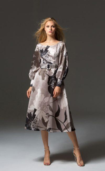 Бежевое вечернее платье длины миди с рукавом и поясом.