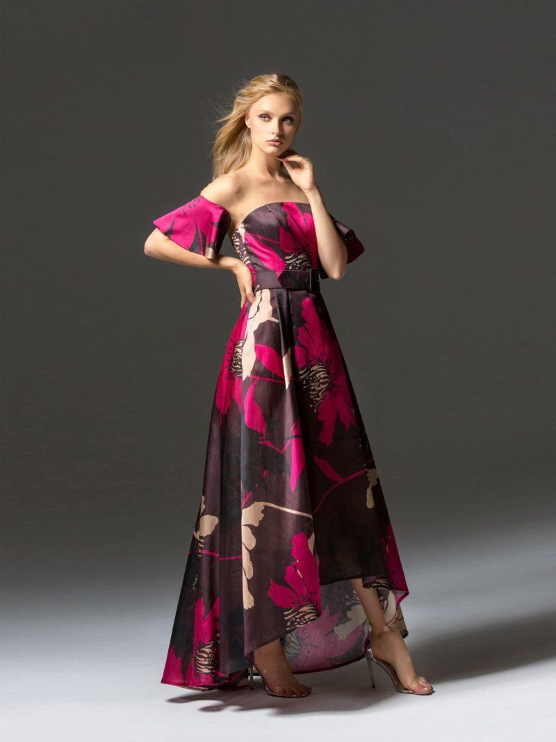 Яркое вечернее платье с пышным рукавом и укороченной спереди юбкой.