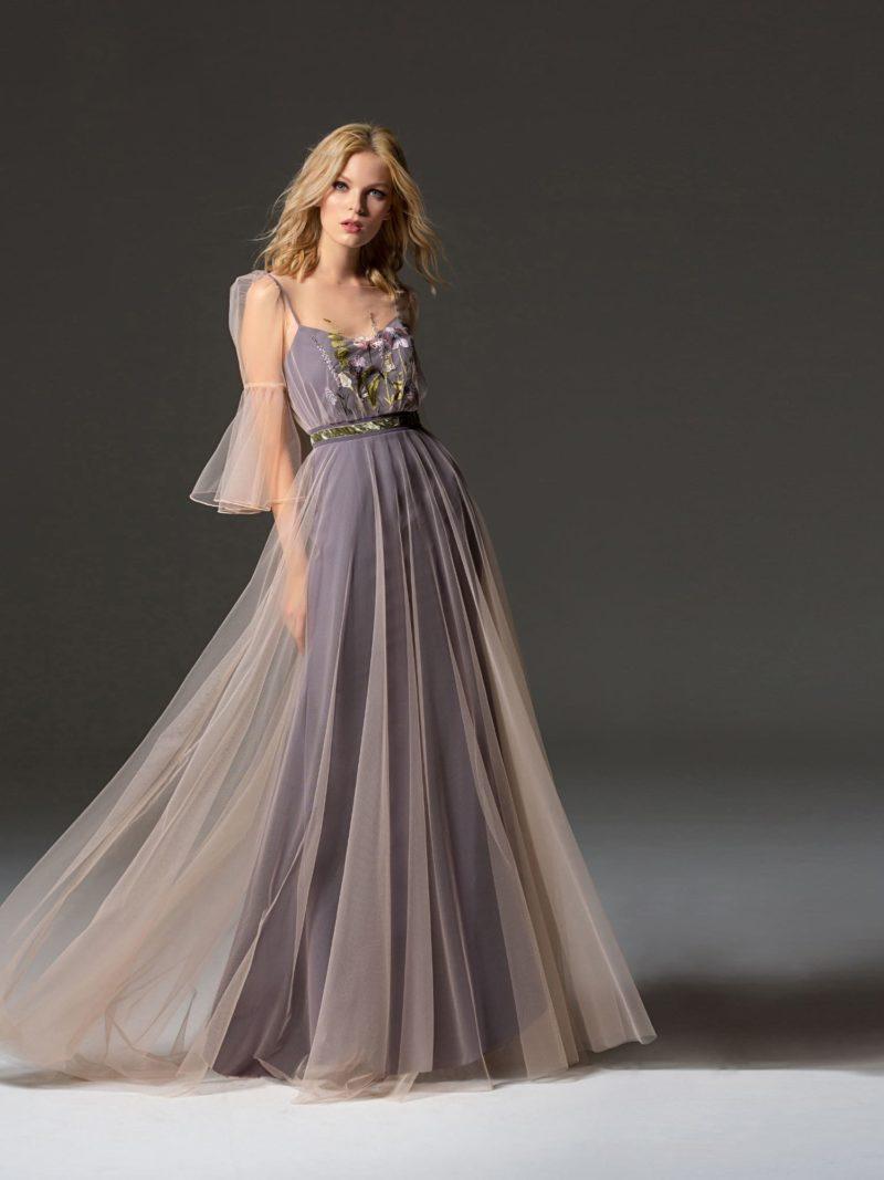 Вечернее платье с пудровым полупрозрачным верхом и юбкой в пол.