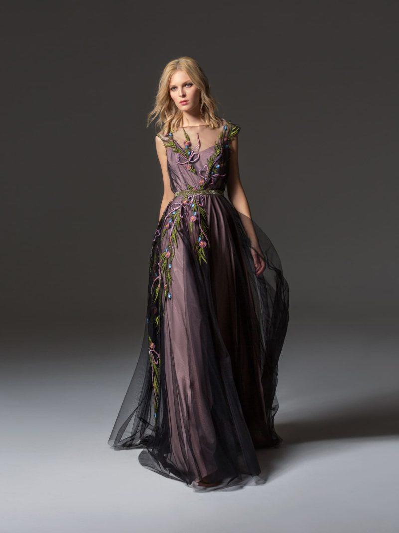 Фиолетовое вечернее платье с цветочной вышивкой и поясом.