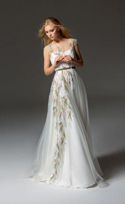 Вечернее платье с романтичной вышивкой и многослойным подолом в пол.