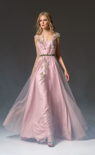 Розовое вечернее платье с многослойной юбкой в пол и отделкой вышивкой.