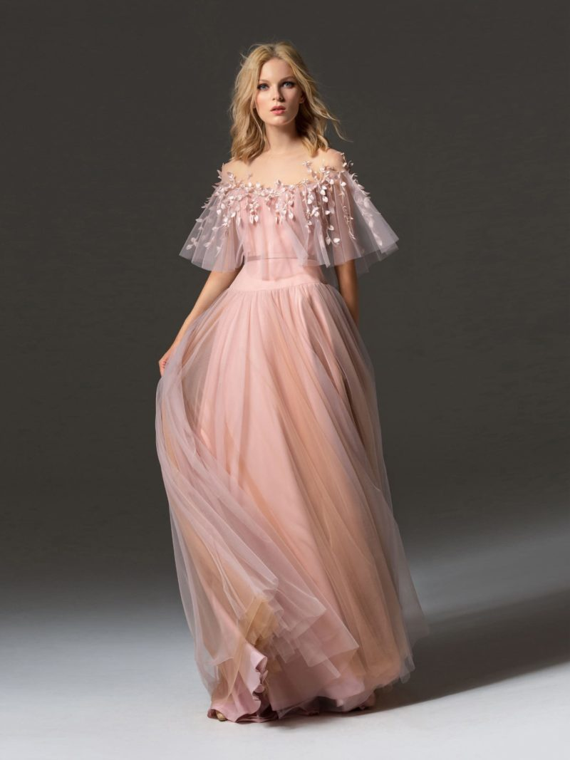 Персиково-розовое вечернее платье с юбкой в пол и оборкой на лифе.