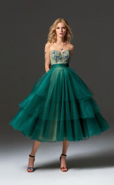 Изумрудное вечернее платье с прозрачным декором верха и пышной юбкой.