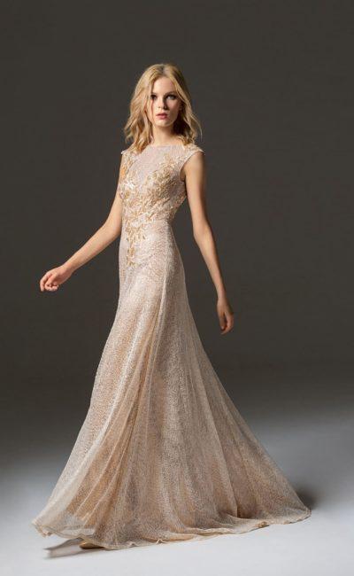 Кремовое вечернее платье прямого кроя с открытой спинкой.