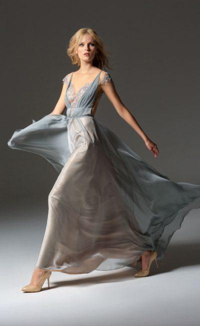 Голубое вечернее платье с кружевным лифом и юбкой длиной в пол.