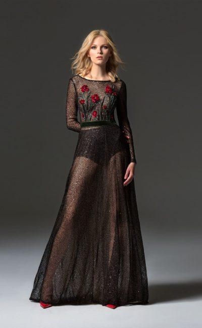 Черное вечернее платье с полупрозрачной юбкой и длинным рукавом.