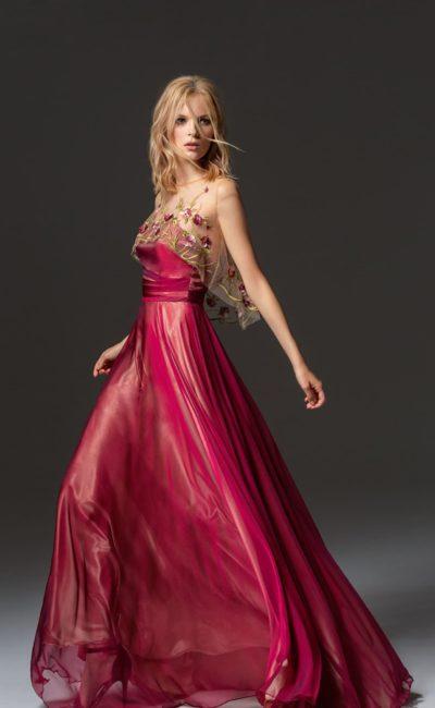 Винное вечернее платье прямого силуэта с цветочной вышивкой.