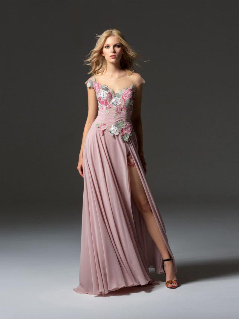 Розовое коктейльное платье с высоким разрезом сбоку на юбке.