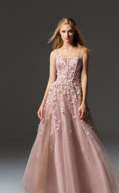 Розовое вечернее платье с лифом на бретелях и объемной отделкой.