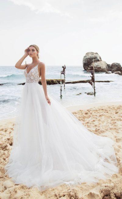 Свадебное платье с длинным шлейфом и открытым лифом на бретелях.