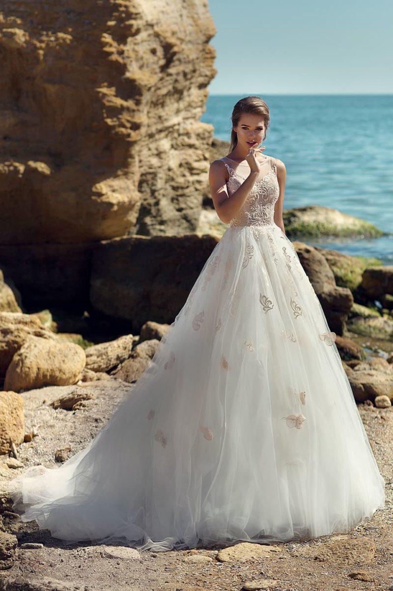 Свадебное платье с романтичным кружевом по лифу и пышной юбкой.
