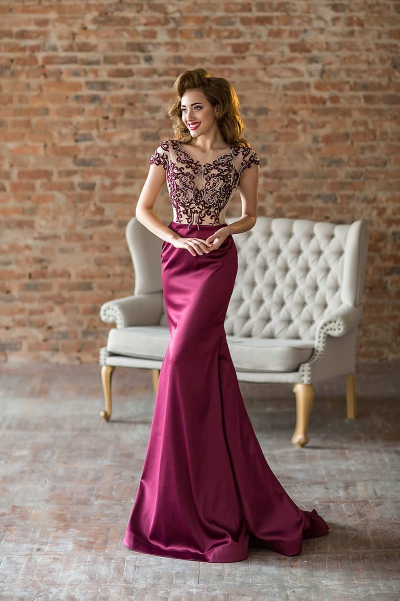 Вечернее платье «русалка» с юбкой винного оттенка и открытой спинкой.