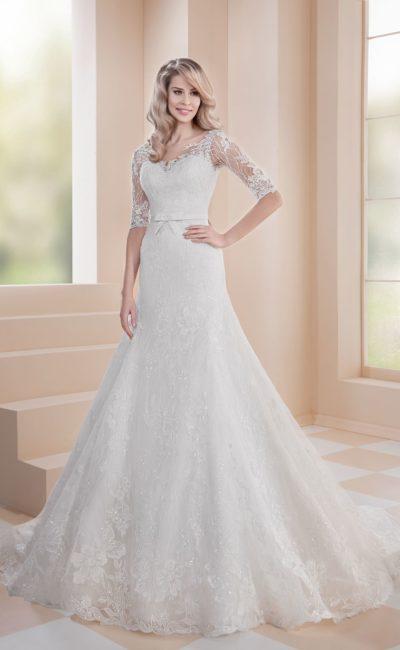 Свадебное платье с пышной юбкой «русалка» и кружевным рукавом до локтя.