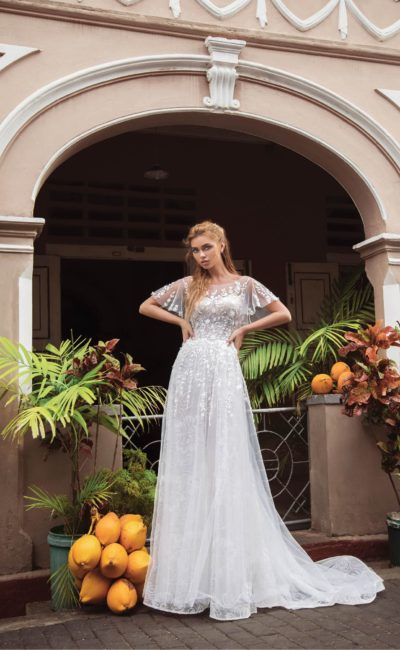 Романтичное свадебное платье с открытой спиной и пышными рукавами.