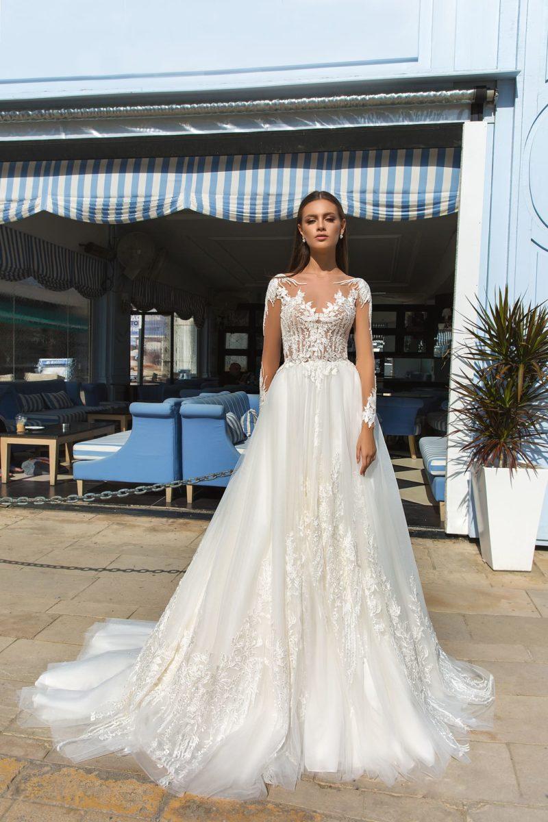 Воздушное свадебное платье с роскошной кружевной отделкой.