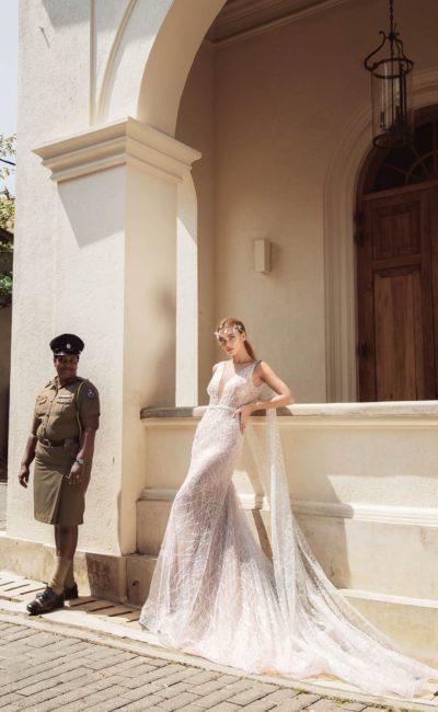 Свадебное платье с оригинальной отделкой бретелей и открытой спиной.