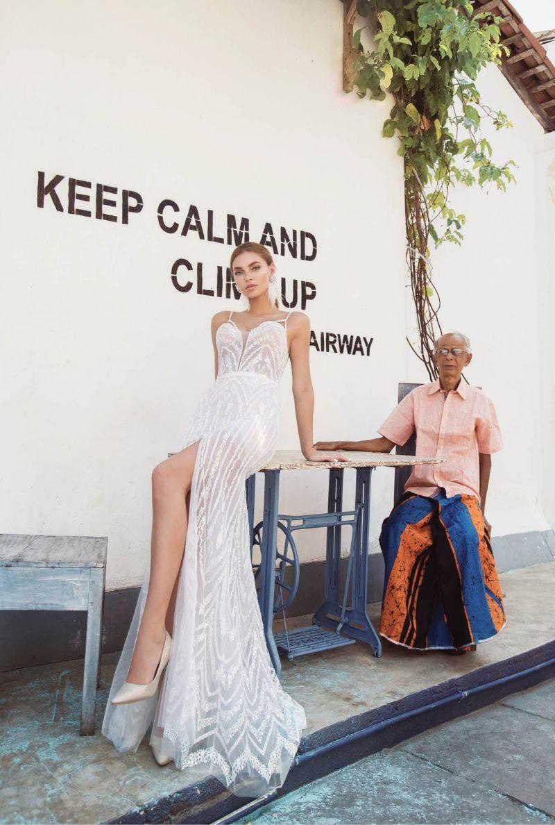 Свадебное платье облегающего кроя с роскошным шлейфом сзади.