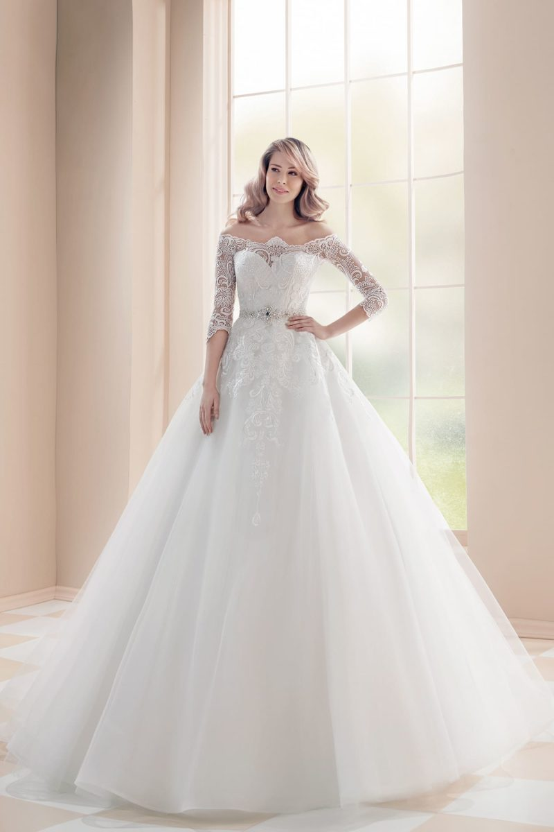 Пышное свадебное платье с открытой спинкой и кружевной отделкой.